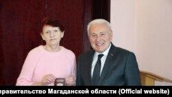 Губернатор Магаданской области вручает российский паспорт Галине Горенюк после ее возвращения