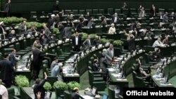 نمایندگان مجلس شورای اسلامی از پاسخهای علی اصغر فانی، وزیر آموزش و پرورش، قانع نشدند.