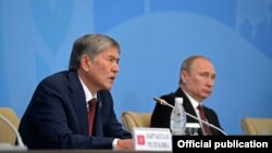 Президент Кыргызстана Алмазбек Атамбаев и глава России Владимир Путин во время саммита ШОС в Бишкеке. 13 сентября 2013 года