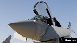 Брытанскі прэм'ер Дэйвід Кэмэран зазірае ў кабіну зьнішчальніка Typhoon у сьнежні 2012 году