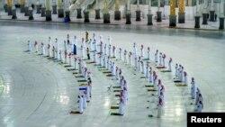Верующие, соблюдающие правила социального дистанцирования, во время молитвы в мечети Мекки.