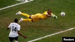 Нігерійський воротар Вінсент Еньяма (у жовтому светрі) багато разів рятував свою команду