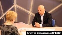 Олександр Тимошенко Озодлик радиосида мухбир саволларига жавоб бераяпти.