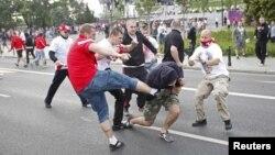 Польша мен Ресей ұлттық құрамаларының жақтастары арасындағы төбелес. Варшава, 12 маусым 2012 жыл.