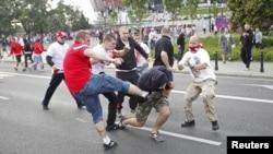 Орус жана поляк фанаттары стадион сыртында мушташууда. Варшава, 12-июнь, 2012-жыл.