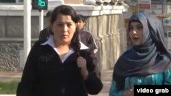Девушки на улице в Душанбе.
