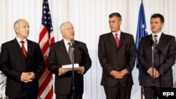 Sekretari amerikan i Mbrojtjes, Robert Gates, gjatë takimit me udhëheqësit kosovarë në Prishtinë, 7 tetor 2008.