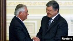 Госсекретарь США Рекс Тиллерсон и президент Украины Петр Порошенко. Архивное фото.