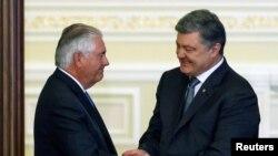 Presidenti ukrainas Petro Poroshenko dhe sekretari amerikan i shtetit, Rex Tillerson.