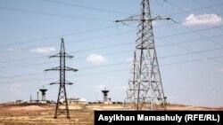 Опоры линии электропередачи в степи. Кызылординская область, 14 июля 2013 года.