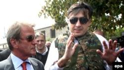 საქართველოს პრეზიდენტი მიხეილ სააკაშვილი და საფრანგეთის საგარეო საქმეთა მინისტრი ბერნარ კუშნერი, გორი, 2008 წლის 11 აგვისტო