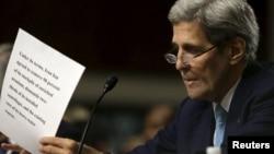 АҚШ мемлекеттік хатшысы Джон Керри АҚШ сенаты алдында сөйлегелі тұр. Вашингтон, 23 шілде 2015 жыл. (Көрнекі сурет)