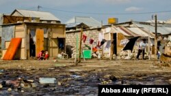 Arxiv fotosu: Balaxanıda neft buruqları yanında evlər.