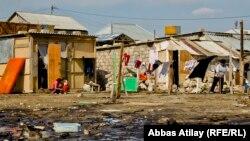 Arxiv fotosu: Balaxanıda neft gölməçələri yaxınlığında sənədsiz evlər.
