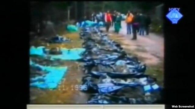 Snimak ekshumacije 1996. godine kojoj je svjedok nazočio prikazan je na suđenju Ratku Mladiću, 30. kolovoz 2012.