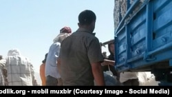 Люди на уборке хлопка в Узбекистане. Сентябрь 2015 года.