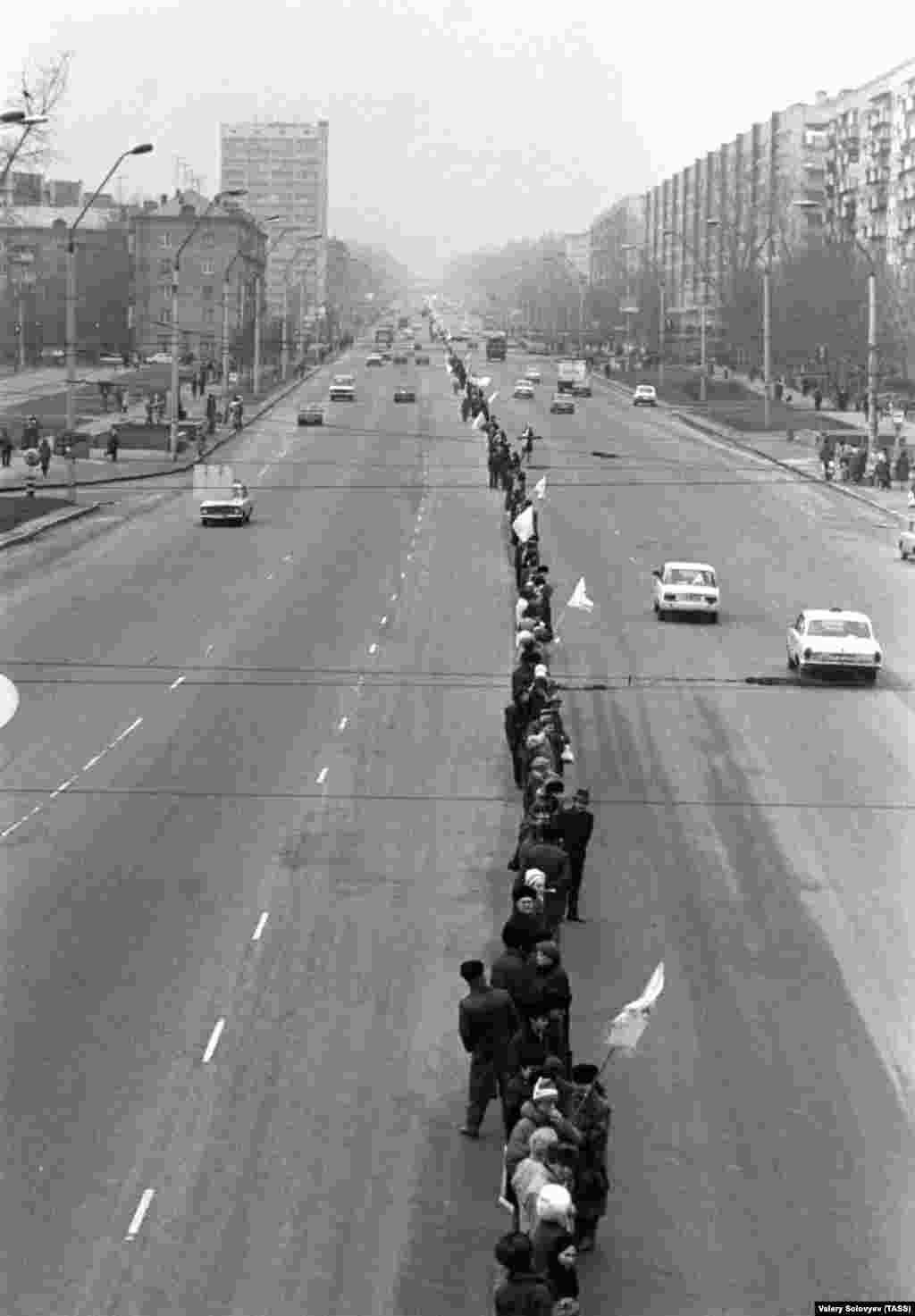 «Живая цепь» в столице Украины, которая тянется до Львова, а дальше – в Ивано-Франковск. Киев, 21 января 1990 года