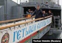 Міністр оборони Великої Британії Ґевін Вільямсон (на передньому плані) після відвідин українського фрегату «Гетьман Сагайдачний». Одеса, 21 грудня 2018 року