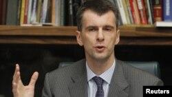 Rusiyalı milyarder Mikhail Prokhorov Moskvada mətbuat konfransı zamanı. 14 sentyabr 2011
