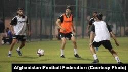 شمس امینی، در هنگام تمرین برای بازی با تیم ملی فوتبال قطر در دوحه، ۵ سپتامبر ۲۰۱۹