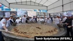 Приготовление бешмармака весом свыше тонны. Бишкек, 11 марта 2018 года.