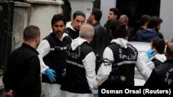 Следственная группа турецкой полиции у резиденции консула Саудовской Аравии. Стамбул, 17 октября 2018 года.