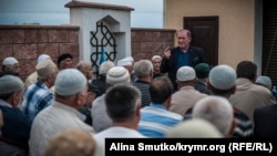 Ільмі Умеров під час дуа у дворі його будинку, 12 травня 2017 року