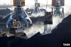 Уголь из ЮАР разгружают в порту «Южный», 5 декабря 2015 года