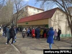 Очередь у супермаркета в Уральске, 15 апреля 2020 года.