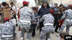 قوات الامن تفتش زائرين في سامراء. من الارشيف