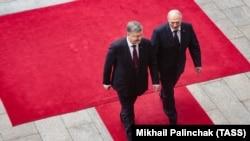 Президент України Петро Порошенко та президент Білорусі Олександр Лукашенко (зліва направо) під час церемонії зустрічі біля будівлі Адміністрації президента України. Київ, 21 липня 2017 року