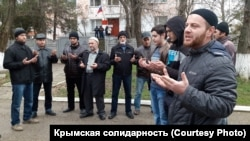 Люди собрались возле здания суда в Кировском, Крым, 18 декабря 2017 год