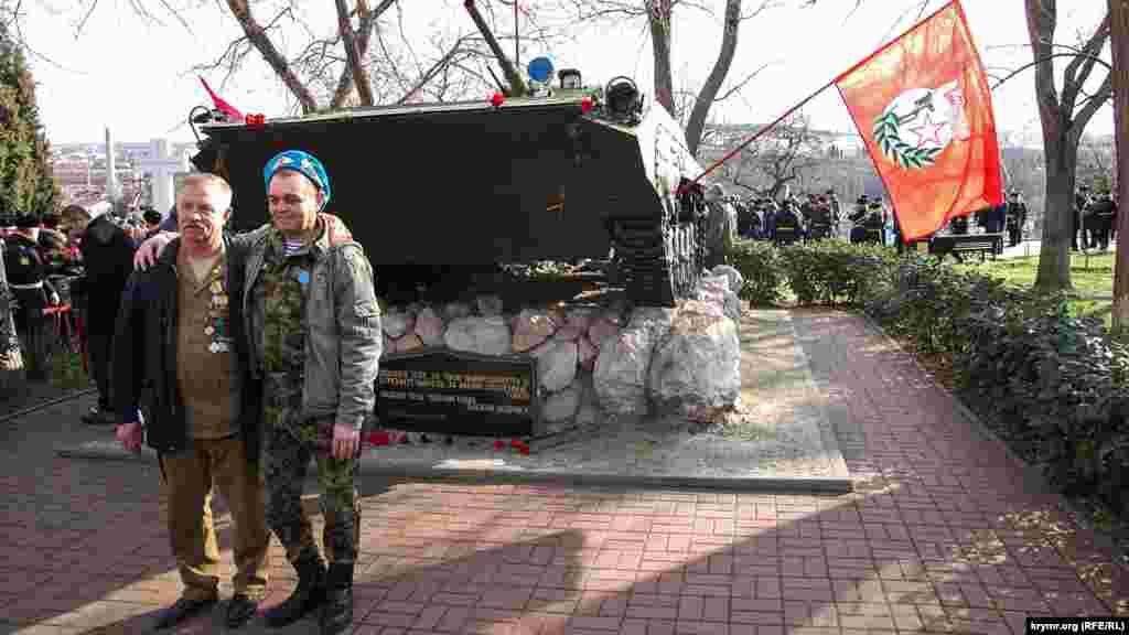 Ветерани війни фотографуються біля бронемашини