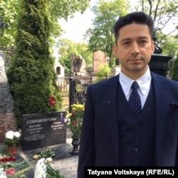 Сын Галины Старовойтовой, Платон Борщевский, у могилы матери