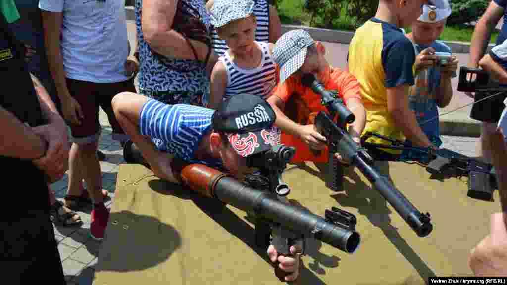 После окончания военно-морского парада на площади Нахимова состоялась выставка боевой техники и оружия, основными посетителями которой были дети.Увидеть больше фотографий с события можно в фотогалерее