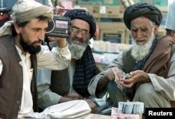 Archív felvétel: afgán pénzváltók hallgatják az iraki háború híreit 2003-ban