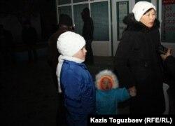 Женщина по имени Гульнар принесла горячие пирожки для протестующих. Актау, 20 декабря 2011 года.