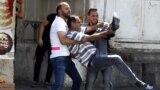 Hebron: manifestant palestinian lovit în picior de de un glonț în cauciuc tras de militari israelieni.
