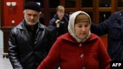 Родители Акбаржона Джалилова в аэропорту Пулково после прилета из Кыргызстана. Петербург, 5 апреля 2017 года.