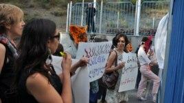 Участники акции протеста против проверки невест на девственность. Тбилиси, 30 июля 2013 года.