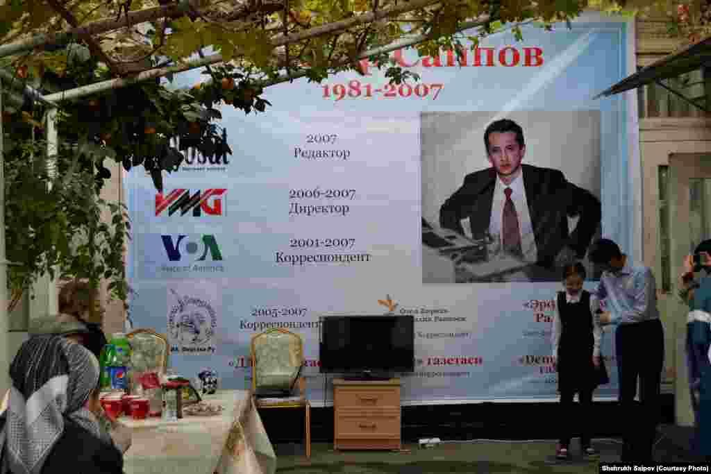 Әлішер Саиповтың Оштағы музей-үйінің алдындағы журналистің фотосы мен ол жұмыс істеген ақпарат құралдарының атауы жазылған баннер.