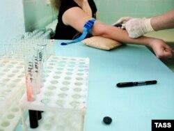 ВИЧ инфекциясын тексеру үшін қан алып жатыр. (Көрнекі сурет)