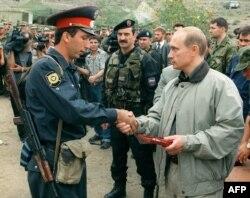 Tada premijer Rusije Vladimir Putin, uručuje nagradu nepoznatom dagestanskom milicajcu u ruskoj bazi u planinama Botlih u Dagestanu 27. avgusta 1999.