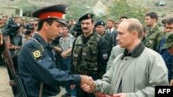 Vladimir Putin Dağıstanda hərbçini mükafatlandırır, 1999-cu il