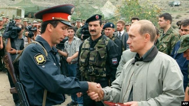 Путин награждает дагестанского военного в Ботлихе, Дагестан. 27 августа, 1999 г