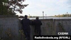 Такий паркан, що заходить просто у воду, не викликає запитань у інспектора