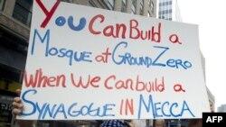 """22 августа, митинг на месте теракта 11 сентября. Противник строительства мечети написал на плакате: """"Вы сможете построить мечеть на Ground Zero, когда мы сможем построить синагогу в Мекке"""""""