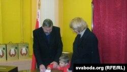 Андрэй Саньнікаў, Ірына Халіп і Даніла на выбарчым участку 19 сьнежня