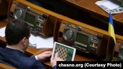 Народний депутат грає в шахи під час робочого дня (архівне фото)