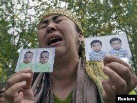 Беженка-узбечка из Оша показывает фотографии ее пропавших внуков. На кыргызско-узбекской границе, недалеко от поселка Еркишлак. 15 июня 2010 года.